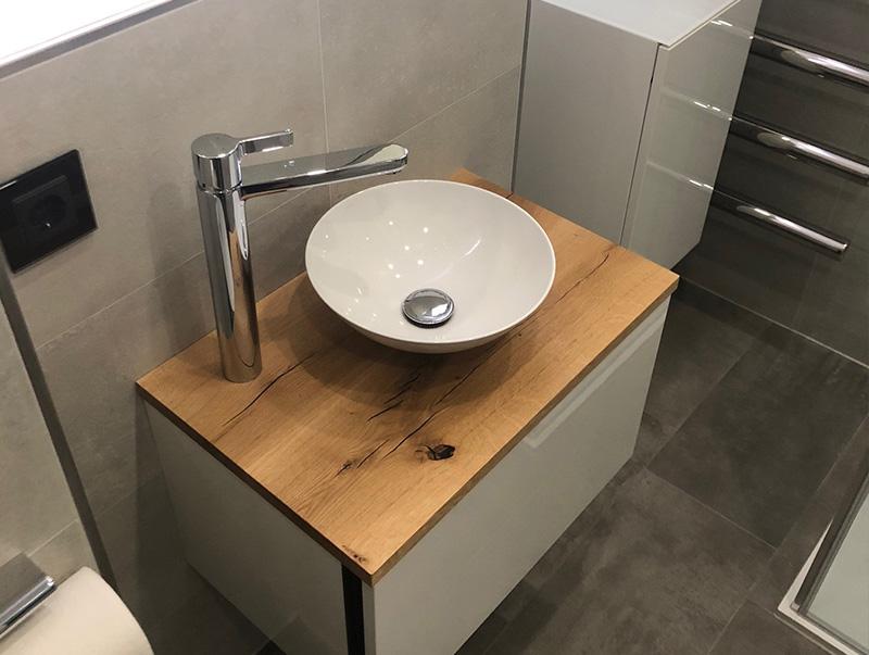 Waschbecken mit Holzabschluss